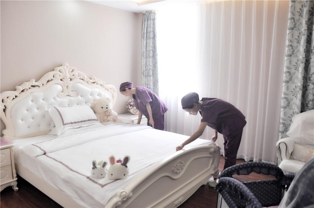 护理人员整理房间
